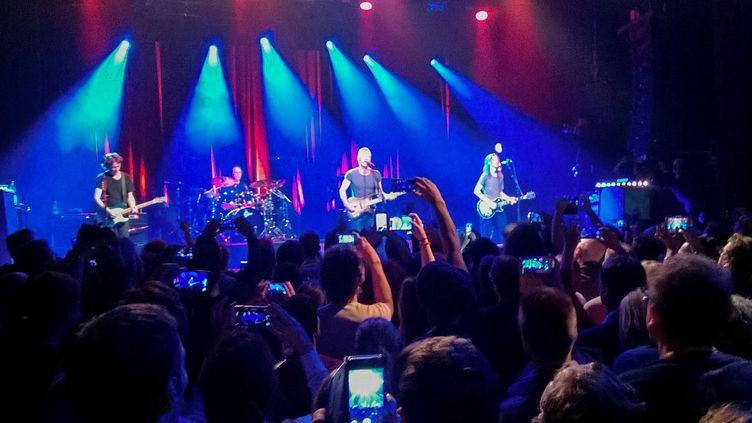 Le musicien britannique Sting en concert dans la salle parisienne du Bataclan le 12 novembre 2016, un an après l'attaque terroriste du 13 novembre 2015. (STRINGER / AFP)