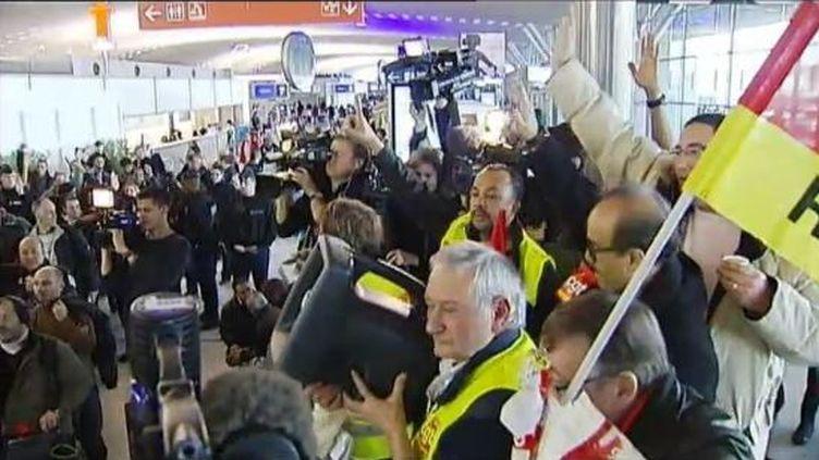 Des agents de sûreté de l'aéroport de Roissy votent la poursuite de la grève, le 26 décembre 2011. (FTVi / FRANCE 2)