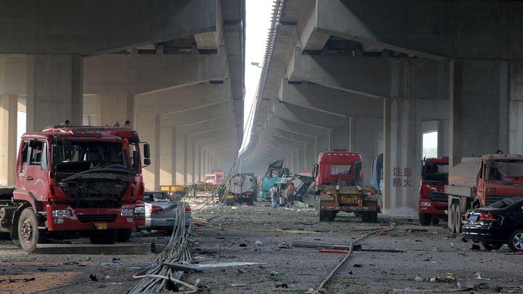 Autre témoignage de la violence du choc après l'explosion sur le port de Tianjin, le 12 août 2015: les véhicules endommagés sous un pont. (REUTERS)