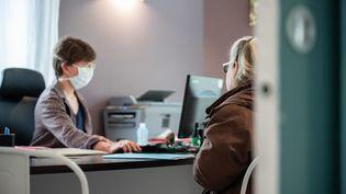 Une femme consulte une médecin généraliste en zone rurale, à son cabinet, pendant la pandémie de Covid-19, le 2 avril 2020. (Photo d'illustration) (ROMAIN LONGIERAS / HANS LUCAS / AFP)