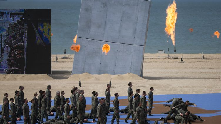 Dirigeants d'une vingtaine de pays, vétérans et spectateurs ont assisté au spectacle organisé le 6 juin 2014, à Ouistreham, pour le 70e anniversaire du Débarquement. (IAN LANGSDON / AFP)