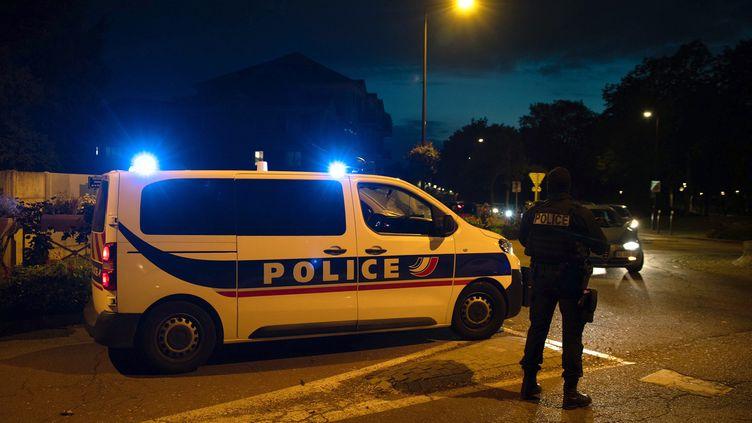 Policiers à Eragny (Yvelines), dans la soirée du 16 octobre 2020, après la mort d'un enseignant par décapitation. (ABDULMONAM EASSA / AFP)