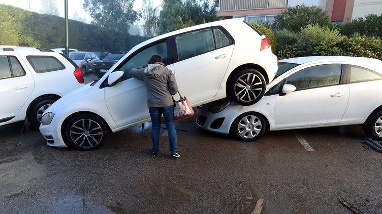 Des voitures accidentées après les violentes intempéries à Mandelieu-la-Napoule (Alpes-Maritimes), le 4 octobre 2015. (BORIS HORVAT / AFP)