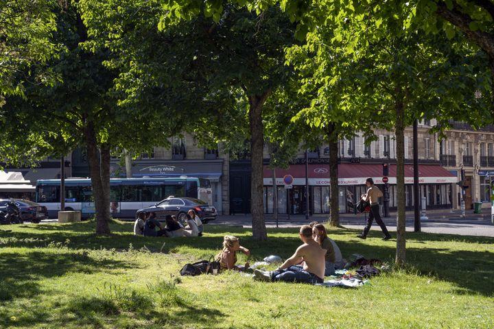 Des Parisiens sur une place du 17e arrondissement, alors que les parcs sont encore fermés, le 18 mai 2020. (FRANCK RENOIR / HANS LUCAS / AFP)