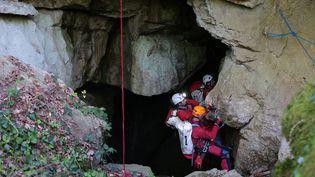 Les secours interviennent dans le gouffre de Vauvougier, à Malbrans (Doubs), le 8 mai 2021, après qu'unspéléologue a fait une chute. (MAXPPP)