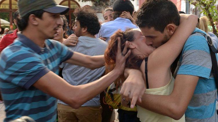 """Devant le Parlement à Rabat (Maroc), pendant un """"kiss-in"""" organisé le 12 octobre 2013. (FADEL SENNA / AFP)"""