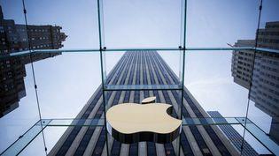 Le logo d'Apple dans un Apple Store, à New York (Etats-Unis), le 17 juin 2015. (ERIC THAYER / GETTY IMAGES NORTH AMERICA / AFP)