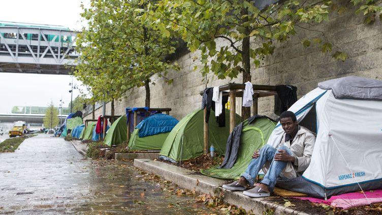 Un migrant guinéen sur le quai d'Austerlitz, à Paris, le 27 août 2015. (GEOFFROY VAN DER HASSELT / ANADOLU AGENCY / AFP)
