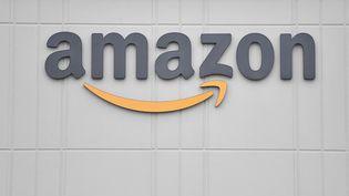 Le logo du géant du commerce en ligne Amazon sur la façade d'un centre de distribution aux Etats-Unis, le 30 mars 2020. (ANGELA WEISS / AFP)