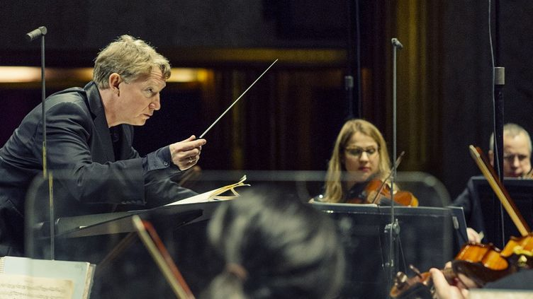 Douglas Boyd dirige l'Orchestre de chambre de Paris.  (ris)