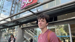 Killian, 20 ans, agent à la SNCF, devant la gare Montparnasse à Paris. (MANON MELLA / FRANCEINFO)