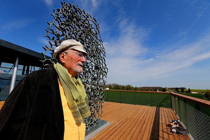 """Le sculpteur français Haïm Kern à côté de sa nouvelle oeuvre""""Ils n'ont pas choisi leur sépulture"""", Craonne, France, le 12 avril 2017  (François NASCIMBENI / AFP)"""