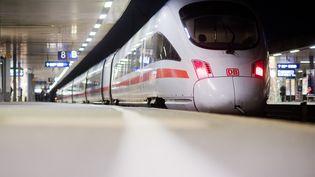Un train de la Deutsche Bahn, en Allemagne, le 10 décembre 2018. (JULIAN STRATENSCHULTE / DPA)