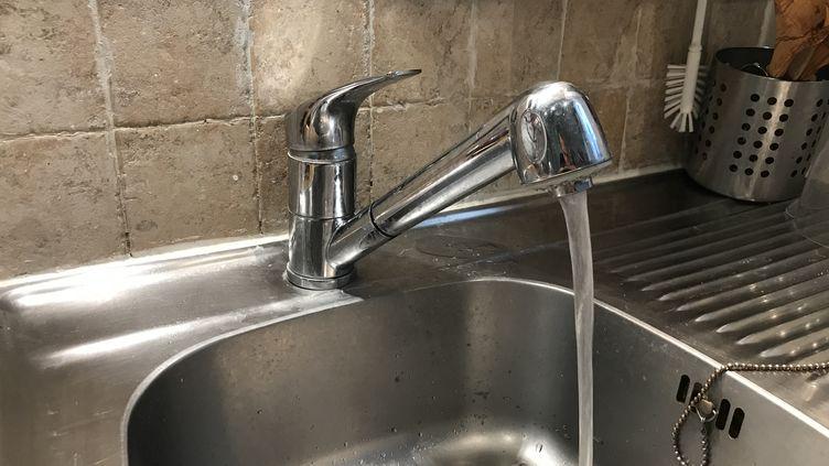 L'eau du robinet à Paris est sans risque après la découverte de traces de contamination au coronavirus dans le réseau d'eau non potable. (THOMAS PONTILLON / FRANCE-INFO)
