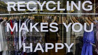 """Détail d'une vitrine de boutiques en Finlande (en 2019) : la phrase entière est : """"Recycling makes you happy"""". (ALEXANDER FARNSWORTH / PICTURE ALLIANCE)"""