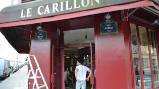 Deux mois après les attentats du 13 novembre, le café Le Carillon, dans le 10e arrondissement, rouvre ses portes à Paris. (CITIZENSIDE / AFP)