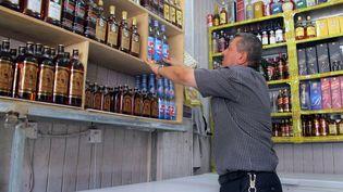 Un vendeur d'alcool du quartier de Zanouya, à Bagdad, le 15 avril 2013, au lendemain d'une attaque meurtrière menée par des hommes armés contre des magasins d'alcool. (KHALIL AL-MURSHIDI / AFP)