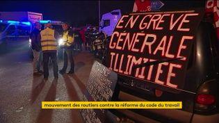 Des routiers organisent un blocage, le 25 septembre 2017, contre la réforme du droit du travail. (FRANCEINFO)
