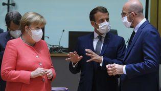 La chancelière allemande Angela Merkel, le président français Emmanuel Macron et le président du Conseil européen Charles Michel au sommet européen à Bruxelles (Belgique), le 17 juillet 2020. (THIERRY MONASSE / ANADOLU AGENCY / AFP)