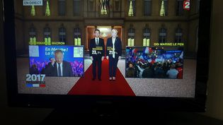 Affichage des résultats du premier tour de la présidentielle, sur France 2, le 23 avril 2017. (MAXPPP)