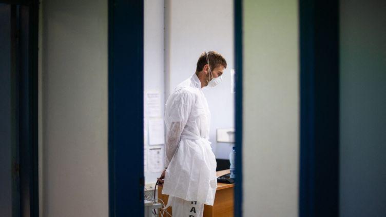 Un soignant ausculte un patient ayant des symptômes du Covid-19, le 15 août 2021, au dispensaire de Maripasoula (Guyane). (THIBAUD VAERMAN / HANS LUCAS / AFp)