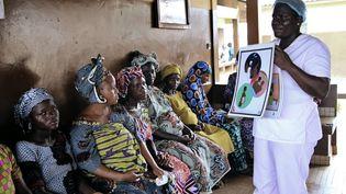 Une sage-femme donne des informations sur le sida aux femmes enceintes à Bohicon, dans le sud du Bénin, le 29 novembre 2016. (DELPHINE BOUSQUET / AFP)