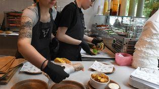 La capitale polonaise, Varsovie, compteprès de cinquante restaurants proposant uniquement des plats vegan. (JANEK SKARZYNSKI / AFP)