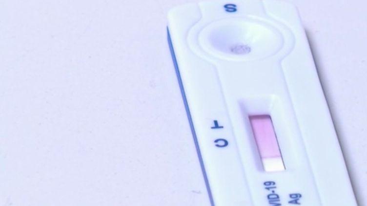 La Haute autorité de santé a donné son feu vert, vendredi 9 octobre, aux tests antigéniques qui promettent des résultats de dépistage du coronavirus en quinze minutes. (FRANCE 2)