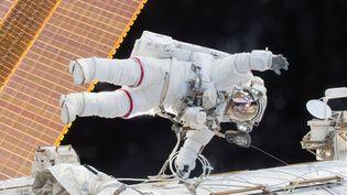 L'astronaute américain Scott Kelly, lors d'une sortie de la Station spatiale internationale, le 21 décembre 2015. (NASA / AFP)