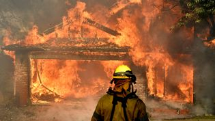 """Plus de 150 maisons ont brûlé du fait des incendies, dont celle-ci à Sylmar, au nord de Los Angeles, qui n'a pas échappé à l'incendie """"Creek"""", le 5 décembre 2017. (GENE BLEVINS / REUTERS)"""