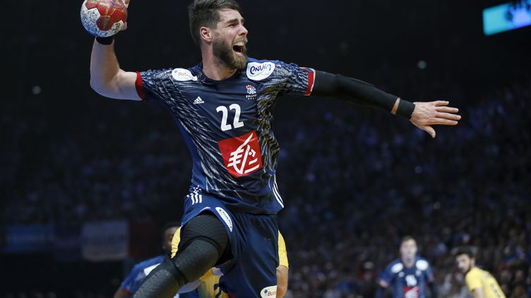 Luka Karabatic joue face au Brésil,le 11 janvier 2017, à Paris. (THOMAS SAMSON / AFP)