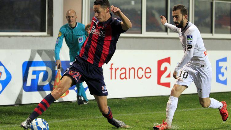 Le joueur du Gazélec Coeff a pourtant tout tenté face à Guingamp... (PASCAL POCHARD CASABIANCA / AFP)