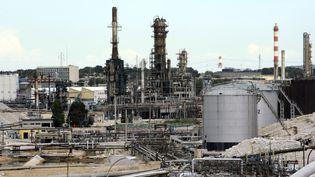 La raffinerie de Lavéra à Martigues dans les Bouches-du-Rhône, le 26 avril 2010. Illustration. (ANNE-CHRISTINE POUJOULAT / AFP)