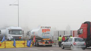 Les routiers en grève manifestent du côté du terminal pétrolier Rubis au Grand-Quevilly(Seine-Maritime), le 20 janvier 2015. (  MAXPPP)