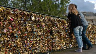 Les cadenas du pont des Arts, à Paris, le 7 avril 2014. (MUSTAFA YALCIN / ANADOLU AGENCY / AFP)