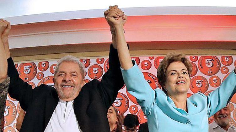 L'ex-président Lula avec son héritière politique Dilma Rousseff au congrès du Parti des travailleurs qui se tenait à Salvador (Etat de Bahia) en juin 2015, huit mois après sa difficile réélection. (RICARDO STUCKERT / INSTITUTO LULA / AFP)
