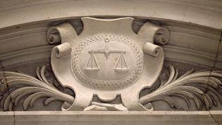 Le blason de la justice et sa balance représentés sur le fronton du Palais de justice de Paris. (JACQUES DEMARTHON / AFP)