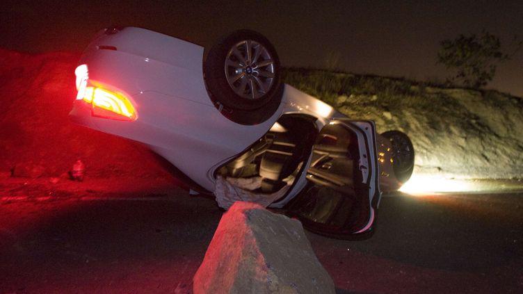 Une voiture retournée le 28 mars 2014 sur une route de Brea en Californie (Etats-Unis) après un séisme. (ROD VEAL / AP / SIPA)