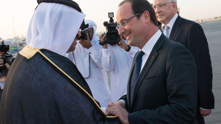 François Hollande est accueilli par le ministre qatari de l'Energie, à Doha (Qatar), le 22 juin 2013. (BERTRAND LANGLOIS / AFP)