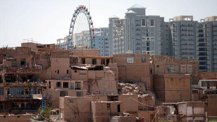 Vieille ville de Kashgar (Xinjiang) sur fond de nouveaux immeubles. (REUTERS/Carlos Barria)