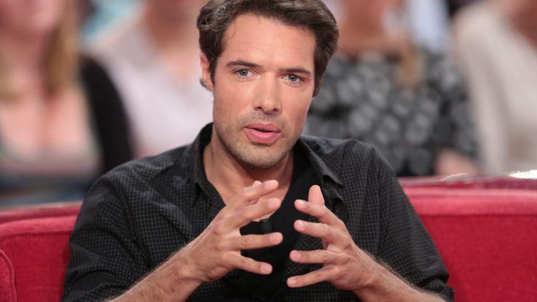 """Nicolas Bedos sur le plateau de """"Vivement Dimanche"""", sur France 2, le 13 octobre 2013. (  MAXPPP)"""