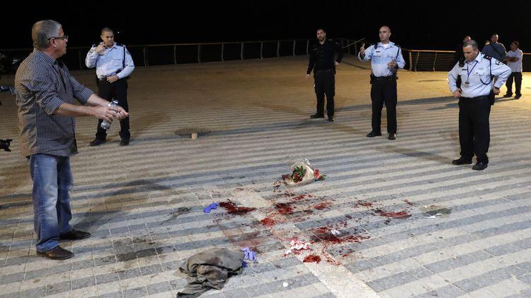 Des policiers israéliens autour de l'endroit où un Palestinien a attaqué à l'arme blanche plusieurs personnes le 8 mars 2016 à Tel-Aviv (Israël). (THOMAS COEX / AFP)