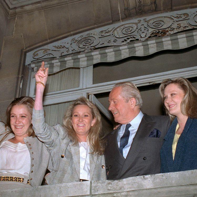 Jean-Marie Le Pen et ses trois filles (de gauche à droite : Marine, Yann et Marie-Caroline), le 24 avril 1988 au soir du premier tour de l'élection présidentielle, dans leur résidence de Saint-Cloud (Hauts-de-Seine). (PIERRE GUILLAUD / AFP)