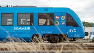 Le train à hydrogène construit par Alstom à Bremervoerde (Allemagne), le 16 septembre 2018. (PHILIPP SCHULZE / DPA)