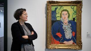 """Au Kunstmuseum de Berne, sa directrice Nina Zimmer à côté d'une toile de Matisse, """"La Blouse bleue"""", don de Georges Keller dont l'origine est mise en doute (4 décembre 2018)  (Fabrice Coffrini / AFP)"""