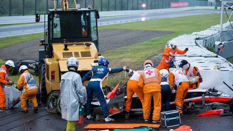Des secouristes s'affairent autour du véhicule du pilote français Jules Bianchi, lors du Grand prix du Japon, le 5 octobre 2014 à Suzuka. (  MAXPPP)