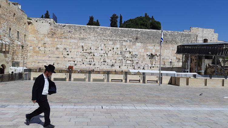 Les accès et le parvis du mur des lamentations, à Jérusalem, sont très surveillés. (FRÉDÉRIC MÉTÉZEAU / RADIO FRANCE)