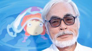 """Le réalisateur japonais Hayao Miyazaki au côté de """"Ponyo"""", une de ses créations animées, en 2009 à Hollywood. (MICHAEL TRAN / FILMMAGIC)"""