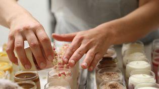 Anaëlle Morice prépare des verrines dans les cuisines de la pâtisserie Gaël, à Muzillac (Morbihan), le 2 mai 2019. (VALENTINE PASQUESOONE / FRANCEINFO)