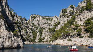 Des bateaux naviguent dans les calanques de Marseille (Bouches-du-Rhône), le 9 mai 2020. (LANSARD GILLES / HEMIS.FR / AFP)